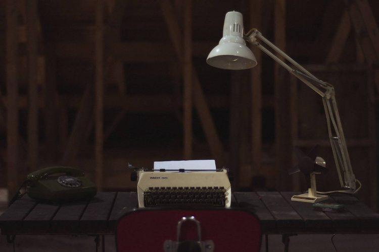 stalinis šviestuvas ir spausdinimo mašinėlė