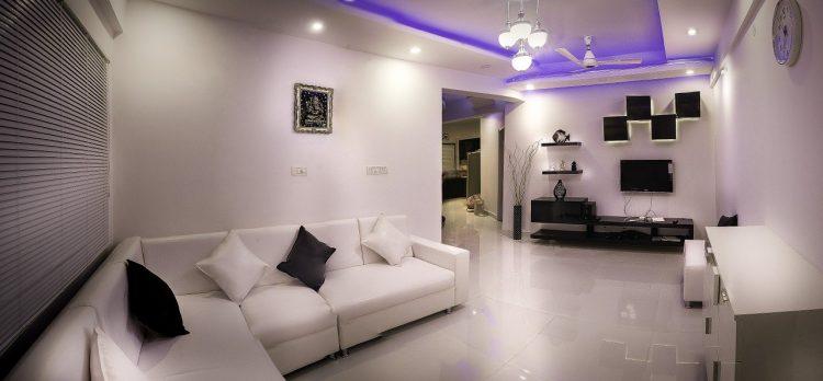 baltas interjeras su violetine šviesa